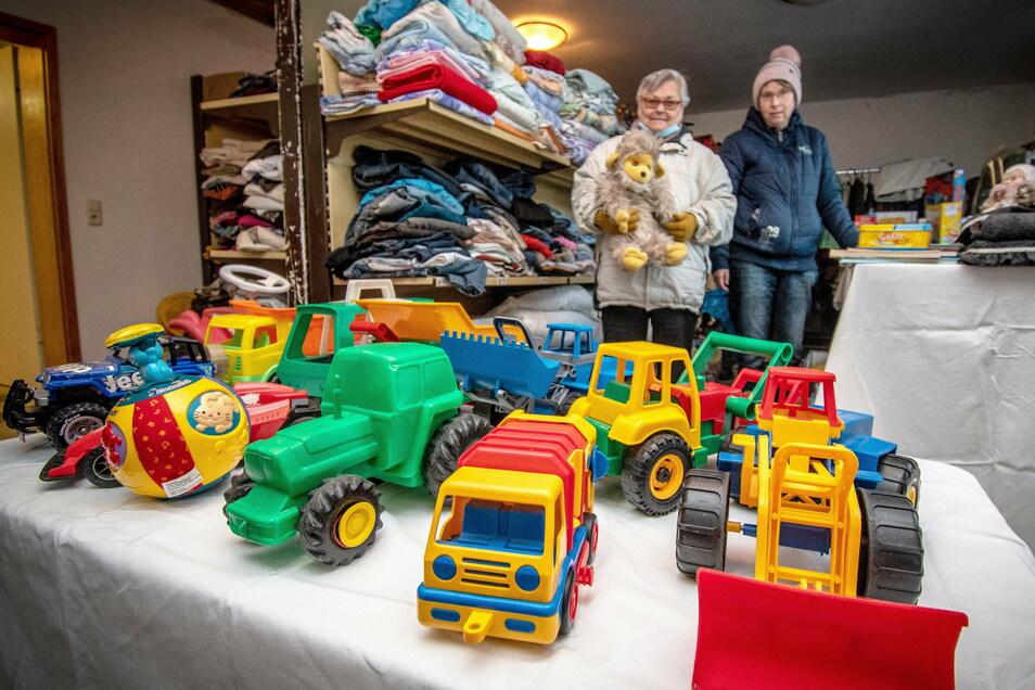 Die Kleiderkammer, in der Rosemarie Schindler (links) von Ilona John unterstützt wird, bietet vor Weihnachten auch Spielzeug an.