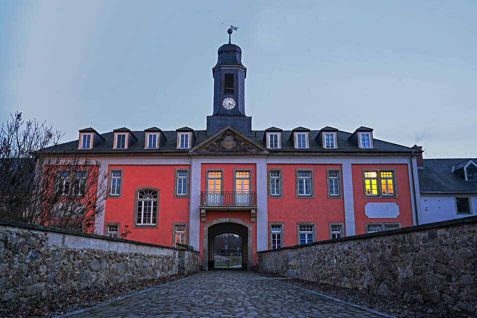 Das Rittergut ist eines der Vorzeigeobjekte in Großharthau. Die Anlage wurde von einer privaten Gesellschaft saniert. Hinter den jahrhundertealten Mauern entstanden moderne Wohnungen.
