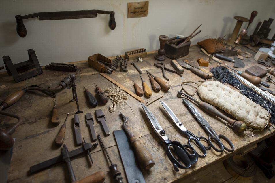 Mit diesem Werkzeug hat Sattlermeister Heinz Schreber am Leisniger Schlossberg gearbeitet.