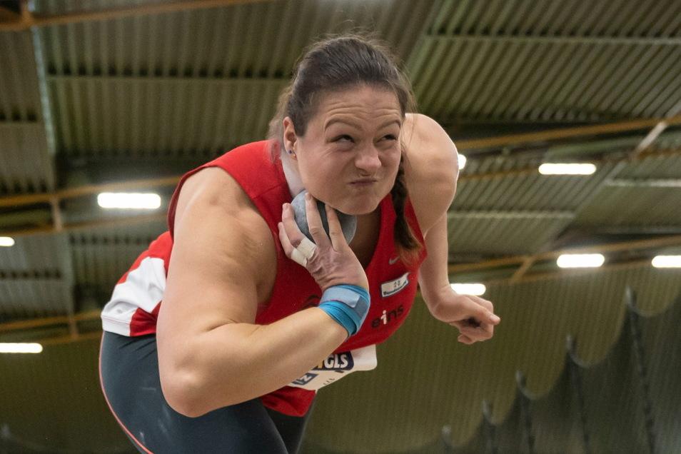 Christina Schwanitz gewinnt bei der deutschen Meisterschaft in der Halle zum sechsten Mal den Titel im Kugelstoßen.