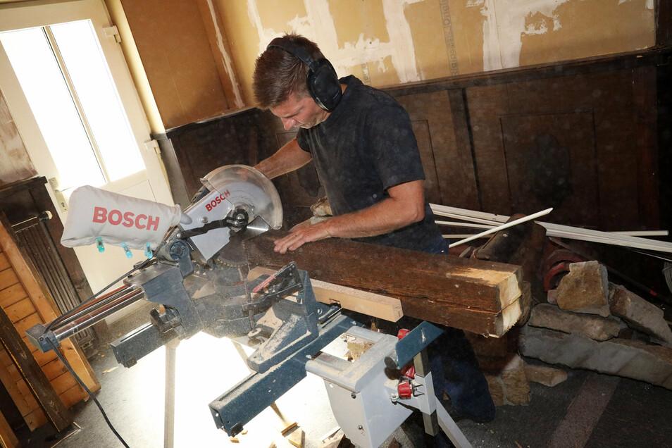 Bei den Arbeiten wurde auch Material wiederverwertet. Aus alten Balken will Gunnar Hoffmann (Foto) eine Garderobe bauen.