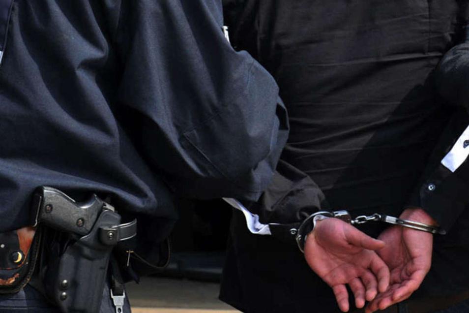 In Handfesseln wurde der Angeklagte von zwei Justizbeamten in den Gerichtssaal geführt.
