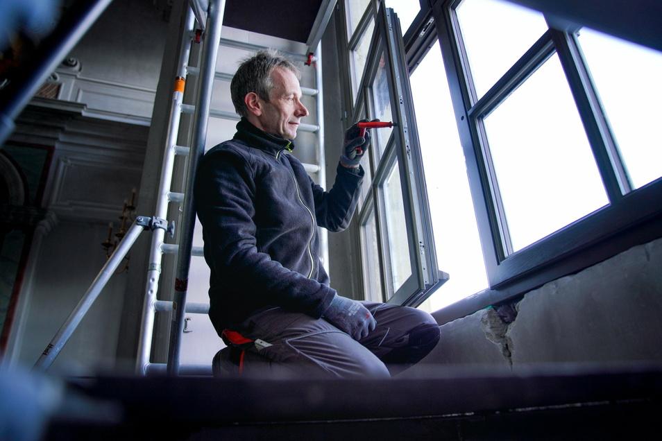 Tischler Andreas Fiedler beim Einbau eines neuen Fensters. Sie sind doppelt verglast, was erhebliche Vorteile für die Hofkirche bringt.