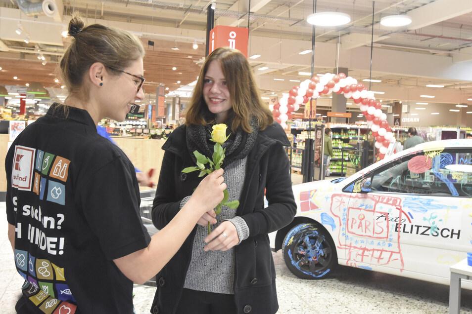 Zum offiziellen Umbauabschluss wurden am Donnerstagvormittag alle Kunden vom Kaufland-Management mit einer Rose begrüßt. Auch Laura Schweda aus Kamenz (r.) freute sich sehr, wie man sehen kann.