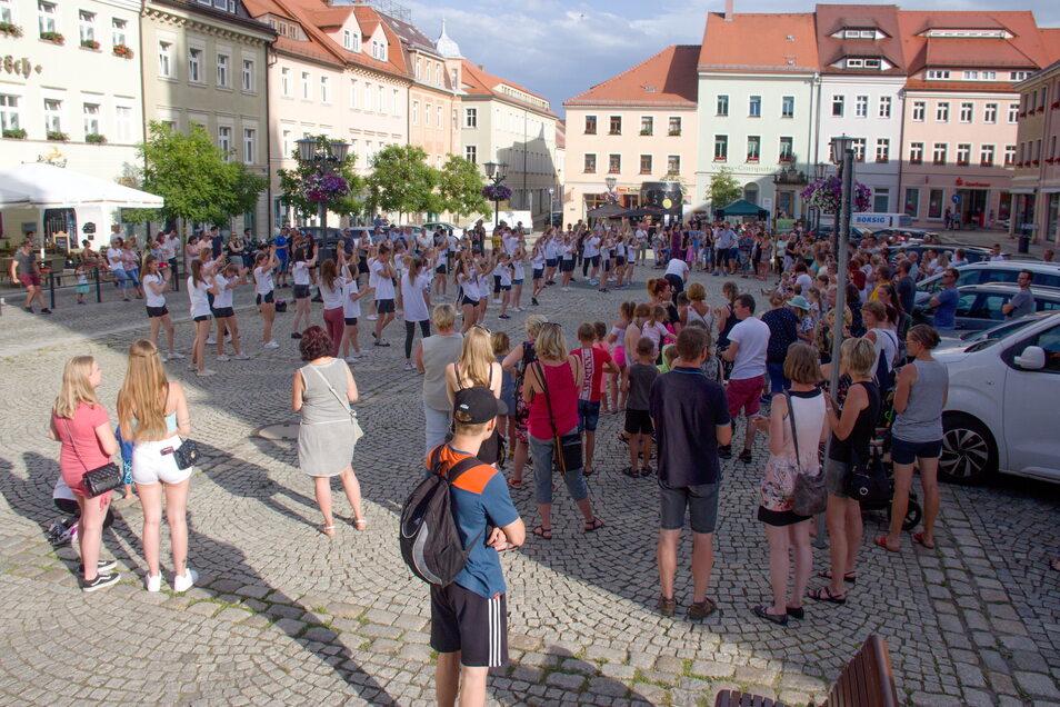 Flashmob von Kamenz can Dance auf dem Markt. Foto: PR / Konrad Skatula