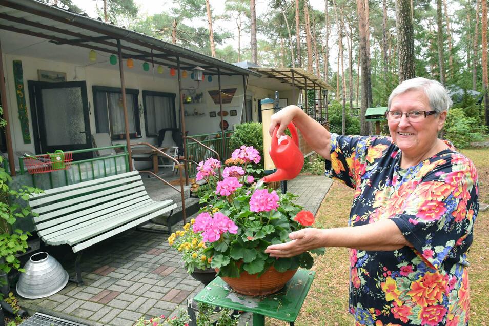 Sommerdomizil im Nadelwald: Die Riesaerin Regina Pretzsch gießt in Zeischa ihre Blumen. Dort lebt die 78-Jährige gemeinsam mit ihrem Mann einen großen Teil des Jahres.