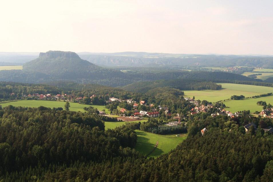 Gohrisch ist ein beschaulicher Ort in der Sächsischen Schweiz. Hier der Blick auf die Gemeinde und den Lilienstein.