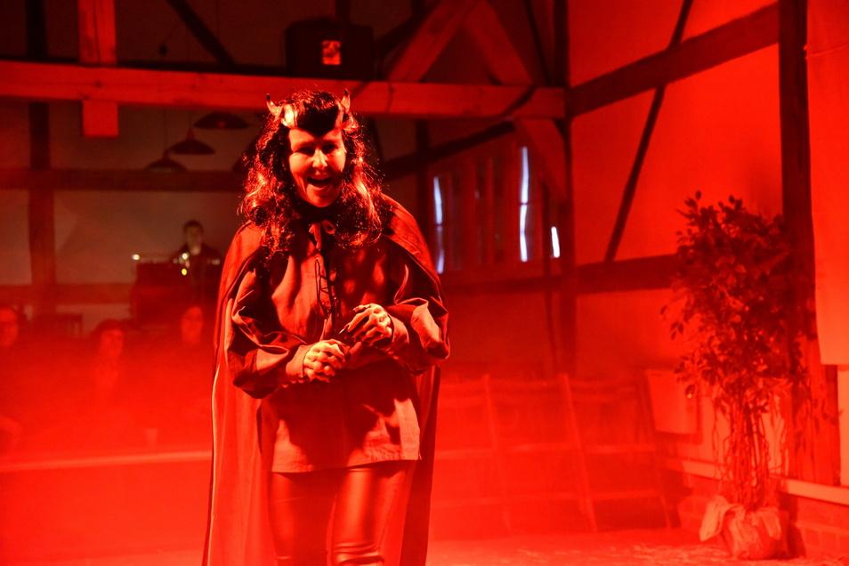 Simone Cording im vergangenen Jahr als Teufel beim Krippenspiel der Deutsch-Paulsdorfer in Markersdorf.