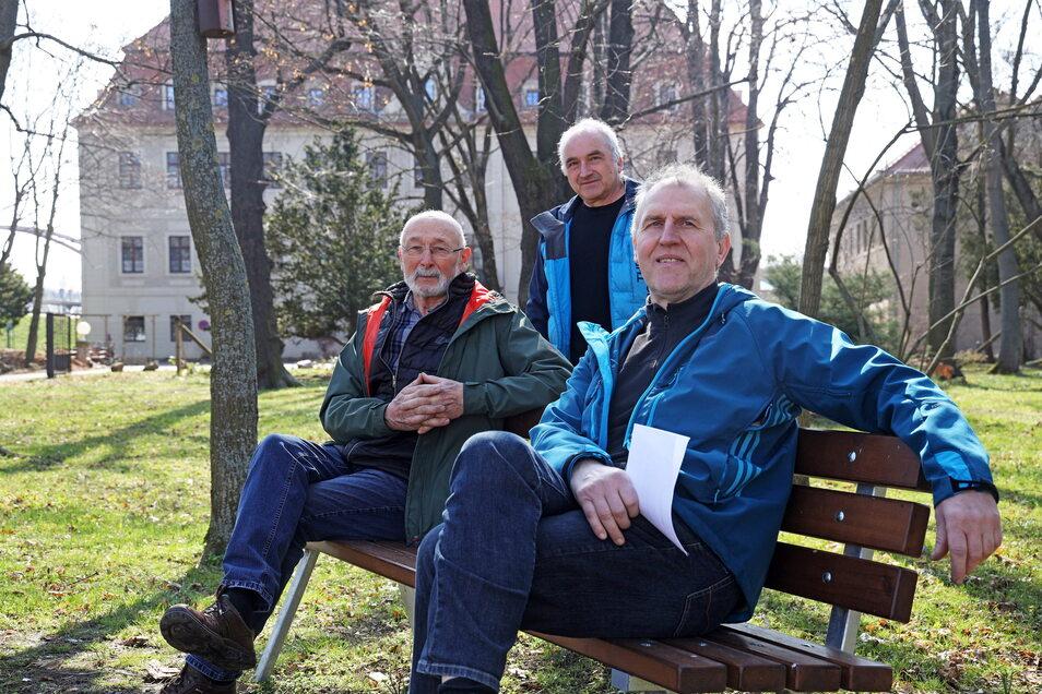 Drei auf der Bank: Werner Richter, Andreas Näther und Sven Wendisch (v. l.) haben Sitzbänke im Schlosspark Gröba aufstellen lassen. Der Park ist öffentlich, das Schloss selbst wird als Altenheim genutzt.