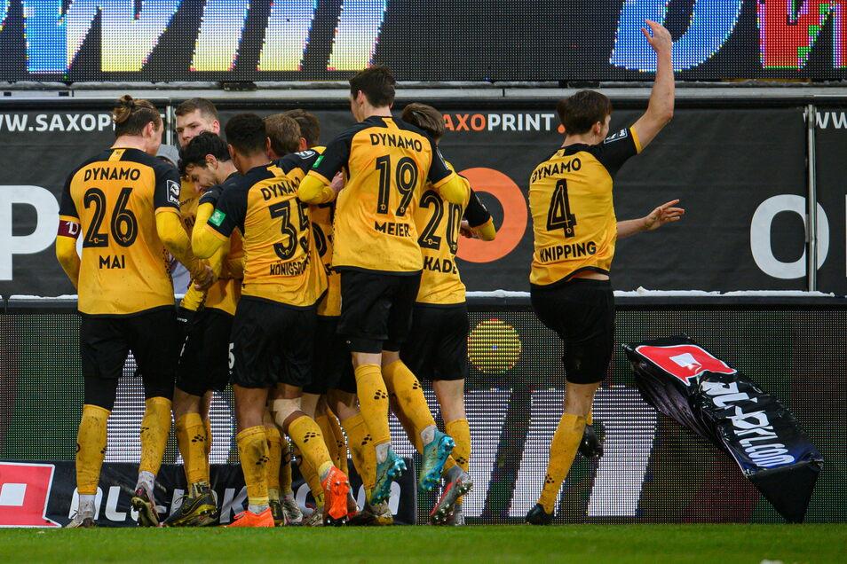 Der Wahnsinn in Schwarz und Gelb: Philipp Hosiner (3. v. l) lässt Dynamo mit seinem Tor zum 4:3 über einen wichtigen Heimsieg gegen Kaiserslautern jubeln.