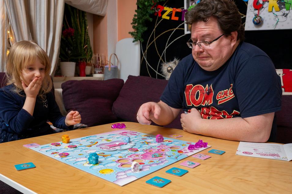 """Thomas und Tochter Sophia in der zauberhaften Welt des Spiels """"Einhorn Glitzerglück"""". Nur gemeinsam kommt man ans Ziel."""