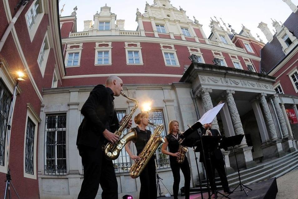 Ein Saxofonquartett aus Berlin verzauberte am Freitagabend die Besucher des Musiksommers im Innenhof des Neuen Schlosses in Bad Muskau.
