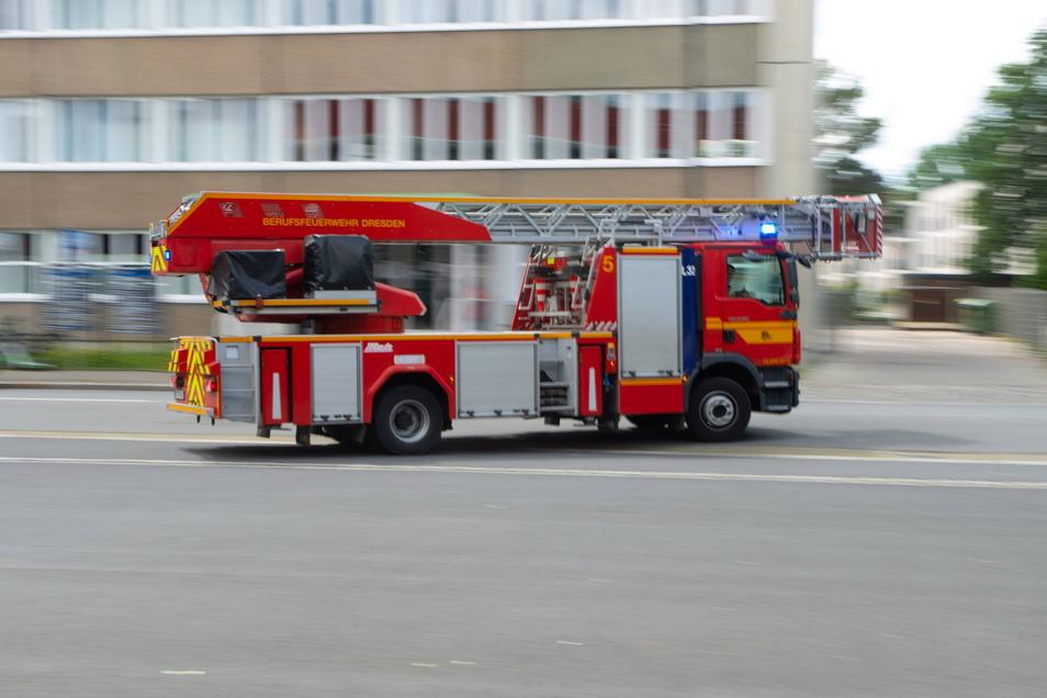 Die Feuerwehr Dresden musste zu einem Laubenbrand in Trachau ausrücken.