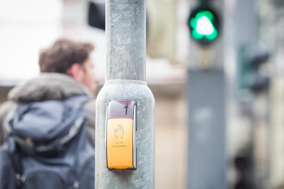 Bitte berühren? Das soll bald an allen Dresdner Fußgängerampeln der Vergangenheit angehören - zum Schutz vor dem Coronavirus.