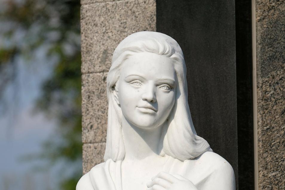Mit einem leichten Lächeln. Der Künstler Maximilian Hagstolz schuf die lebensgroße Statue für die Grabanlage.