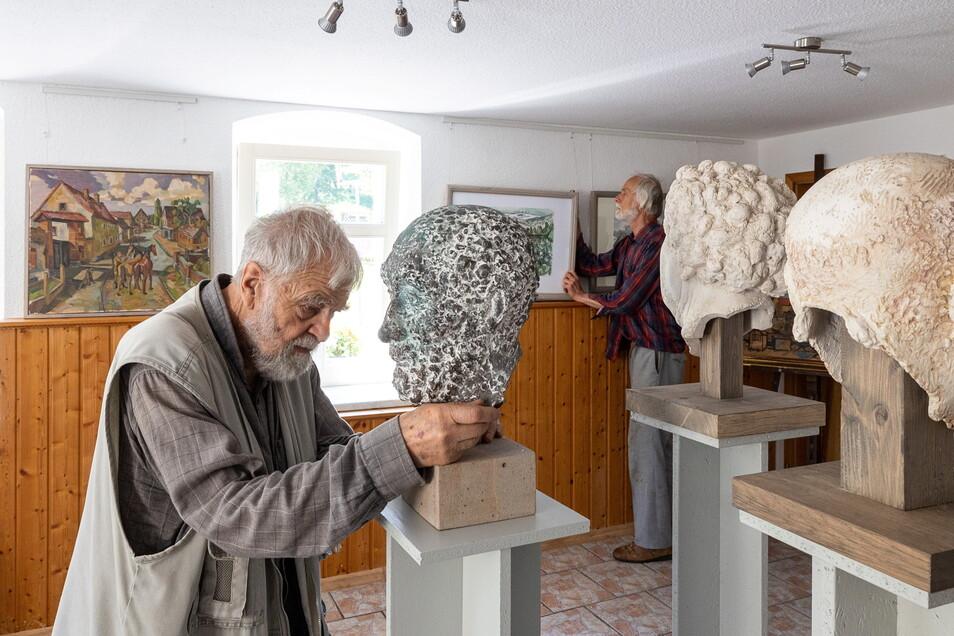 Die Künstler Friedemann Döhner und Carsten Watol bereiten ihre Ausstellung in der Heimatstube Schellerhau vor.