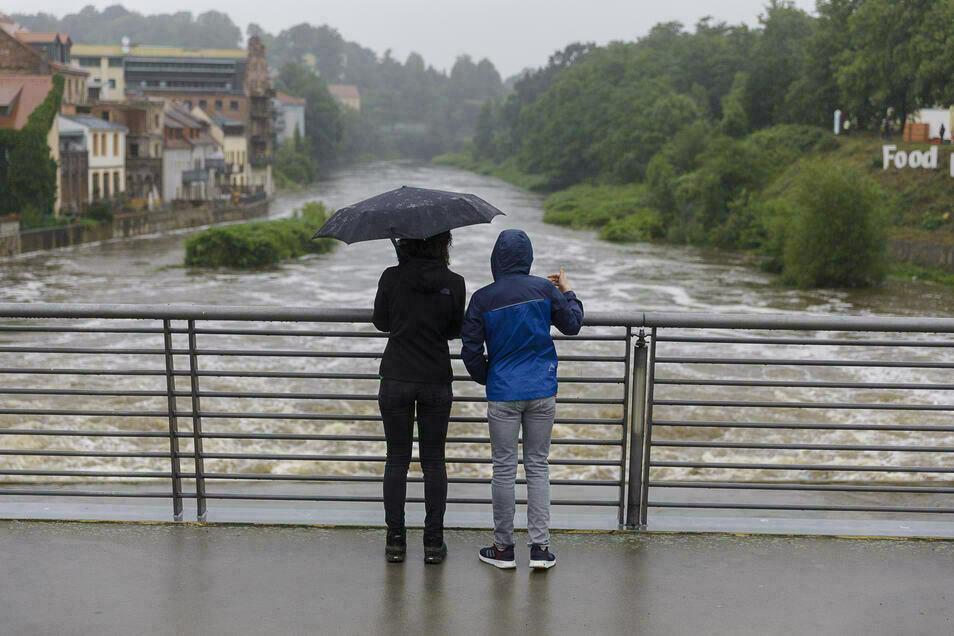 Blick von der Görlitzer Stadtbrücke: So sieht es aus, wenn der sonst so ruhige Fluss etwas Fahrt aufnimmt.
