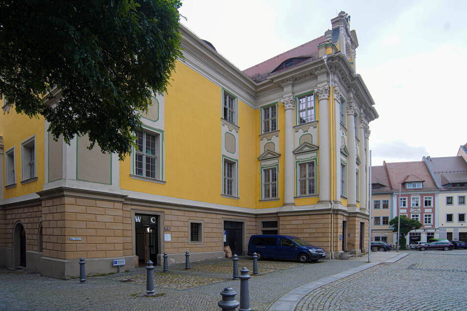 Direkt am Rathaus können Bautzens OB und weitere Mitarbeiter der Stadtverwaltung Stellplätze nutzen. Dafür sollen sie künftig 40 Euro im Monat zahlen.