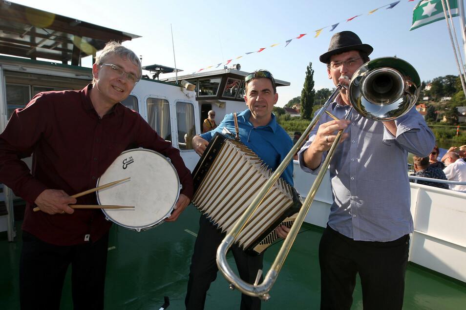 """Drei Musiker auf einem Schiff: Armin Groß, Christian Helm und Fritjof Laubner (v.l.) bringen Dixie auf die """"Bastei""""."""