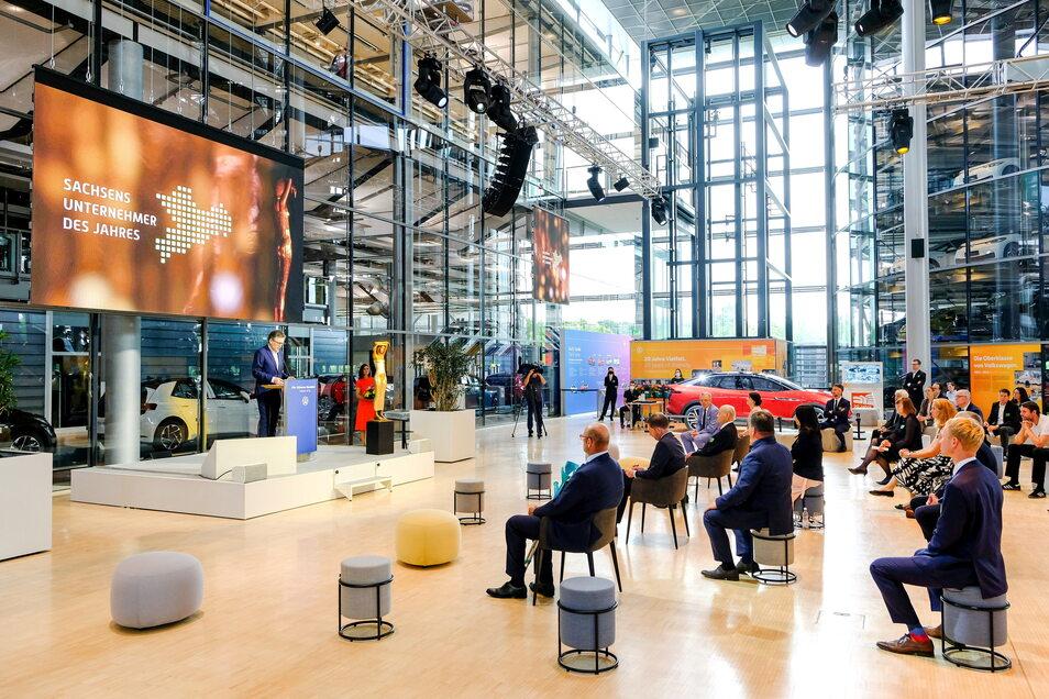"""Die Ehrung für """"Sachsens Unternehmer des Jahres"""" findet Corona bedingt zum zweiten Mal nur im kleinen Kreis statt. Das tut der guten Stimmung in Dresdens Gläserner Manufaktur von Volkswagen keinen Abbruch."""