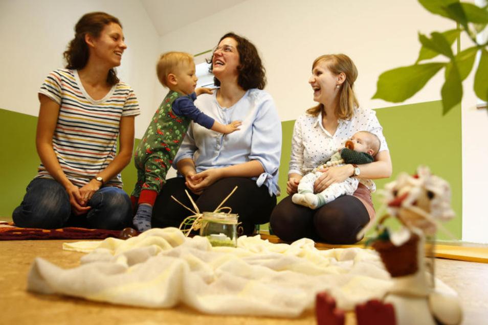 """Christina Schmole, Hanka Paulik und Theresa Wocko (v.l.) haben zusammen die Praxisgemeinschaft """"Kolebka"""" in Schweinerden gegründet. Das heißt übersetzt so viel wie """"Wiege"""" oder """"Ursprung"""". Was könnte besser zu ihrer Branche passen? Der einjährige Viktor h"""