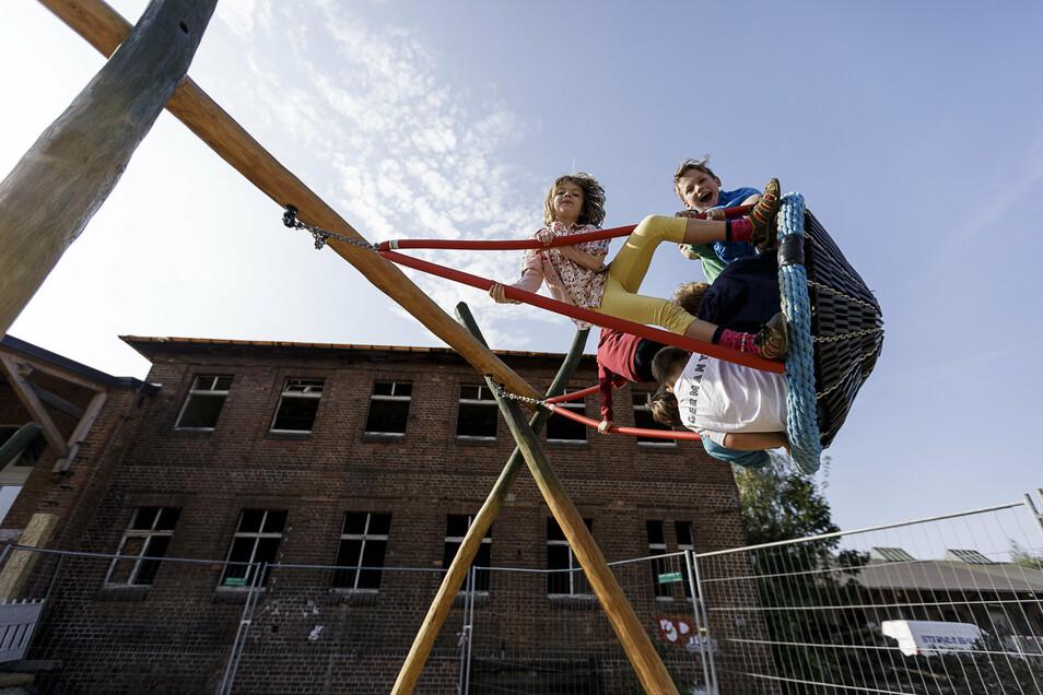 Glückliche Kinder: die Waldorfschüler kurz nach dem Einzug in ihr neues Schulgebäude, den früheren Güterbahnhof auf der Görlitzer Bahnhofstraße.