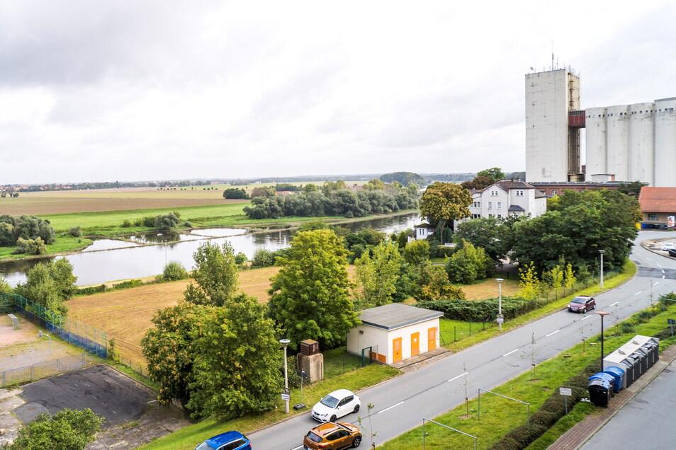 Auf dieser gut 4.500 Quadratmeter großen Grünfläche nahe der Elbe soll das neue Medizinische Vorsorgezentrum der Elbland-Polikliniken in Riesa entstehen.