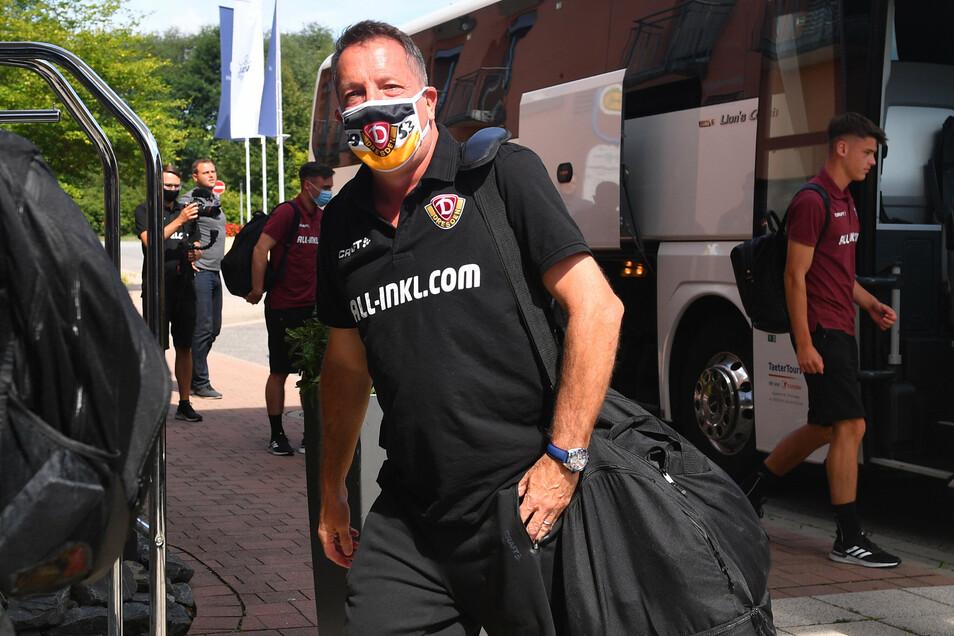 Trainer Markus Kauczinski trägt den stilechten Mund-Nasenschutz.