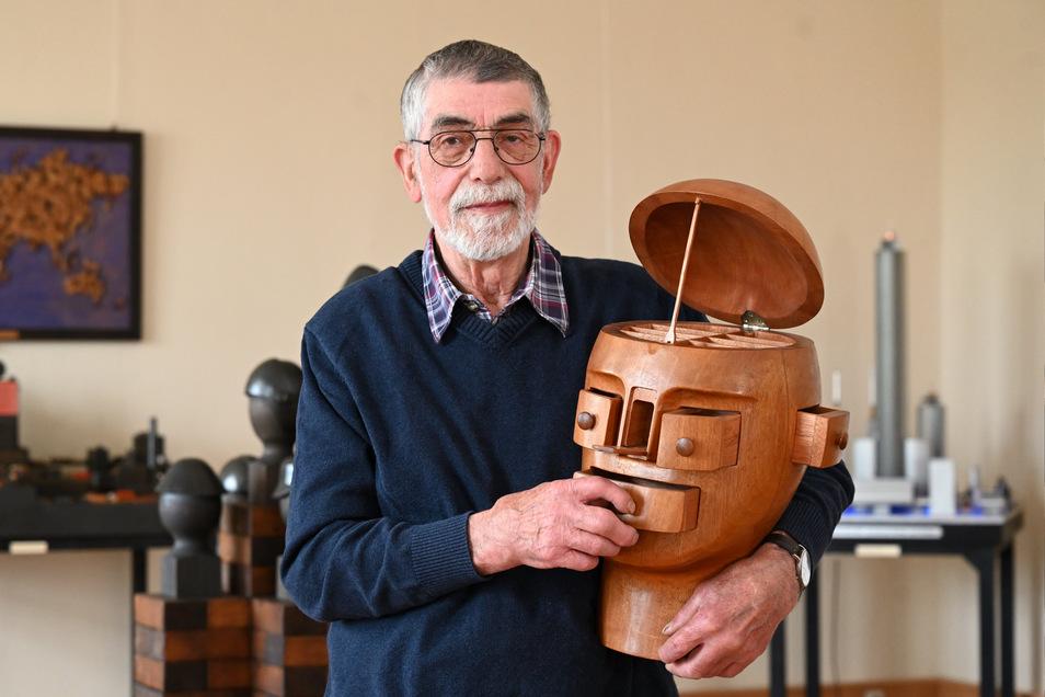 Der Holzgestalter Georg Brückner aus Goes mit seinem Schubladenkopf in seiner Ausstellung im Schloss Struppen.
