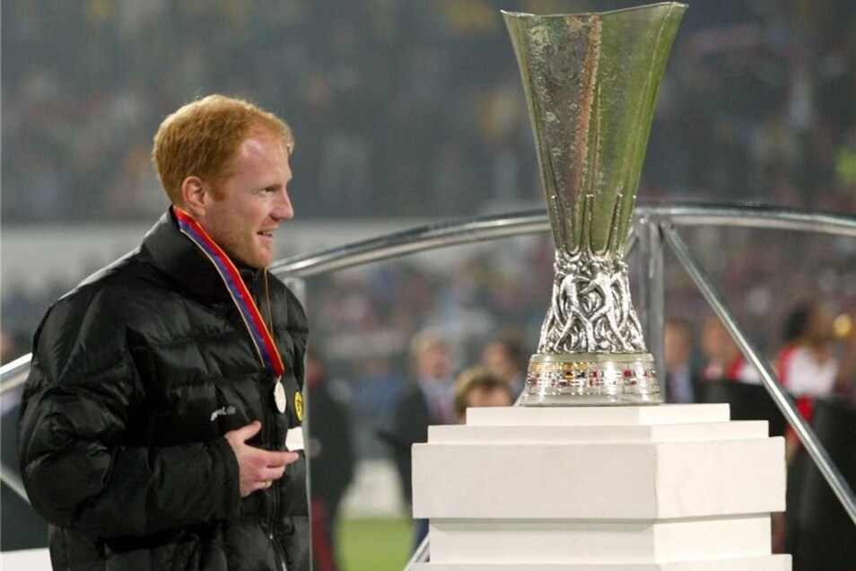 Nach dem verlorenen Endspiel des Uefa-Cups der Saison 2001/02 im Mai 2002 muss der damalige Trainer von Borussia Dortmund, Matthias Sammer, den Pokal links liegen lassen. Zuvor hatte Feyenoord Rotterdam im heimischen Stadion den BVB mit 3:2 bezwungen.