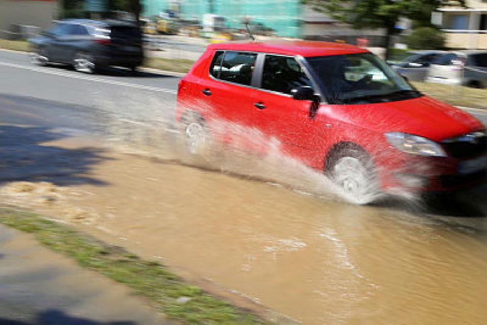 Durch eine riesige Trinkwasserpfütze fuhren die Autos am Mittwoch. Mittlerweile ist die Breitscheidstraße voll gesperrt.