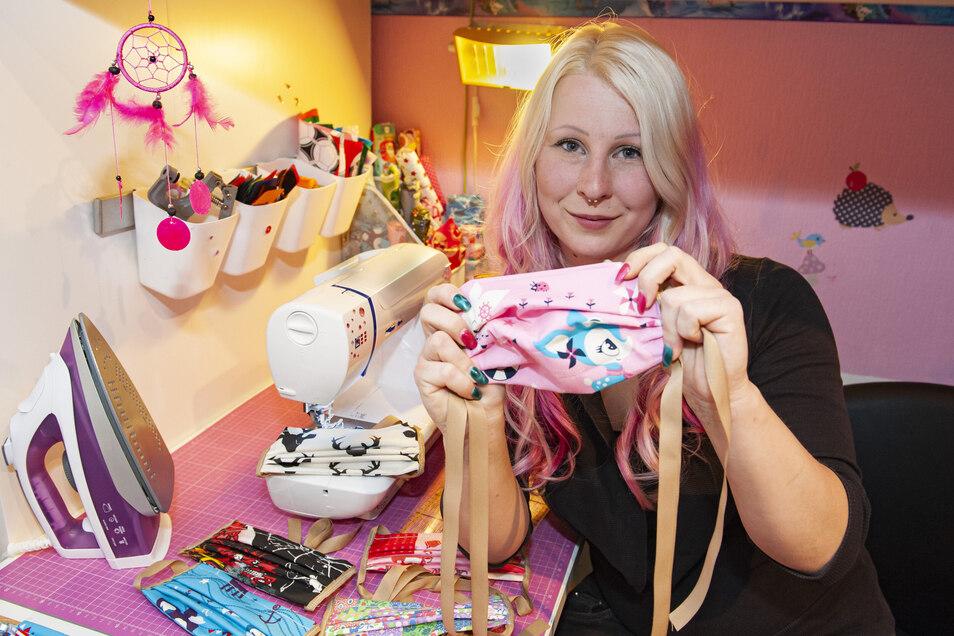 Jennifer Gießelmann aus Großenhain näht bunte Mundschutztücher.