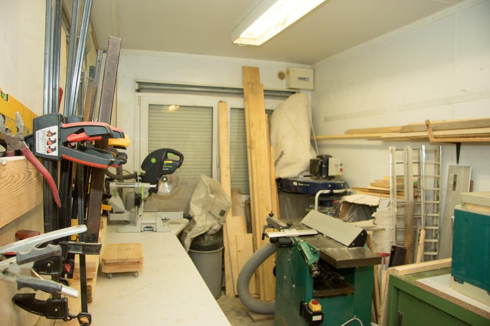 In der Holzwerkstatt der Wildvogel-Auffangstation werden die Insektenhotels gebaut.