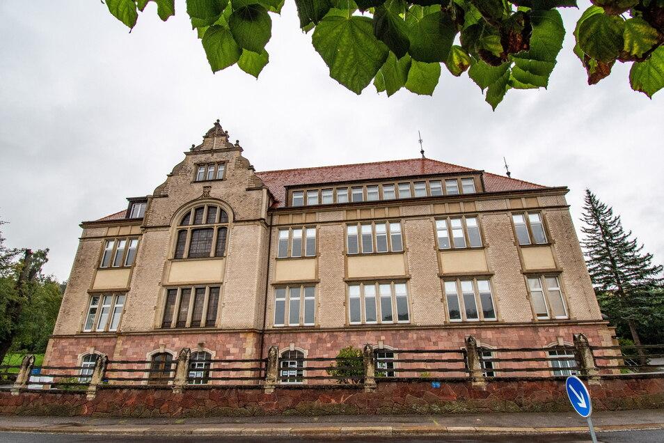 """Richter und Angeklagte, Studierende, Geflüchtete – das Gebäude Döbelner Straße 85 hat viele Nutzer """"gesehen"""". Ab Oktober gehört die erste Etage Kindern und Erziehern."""