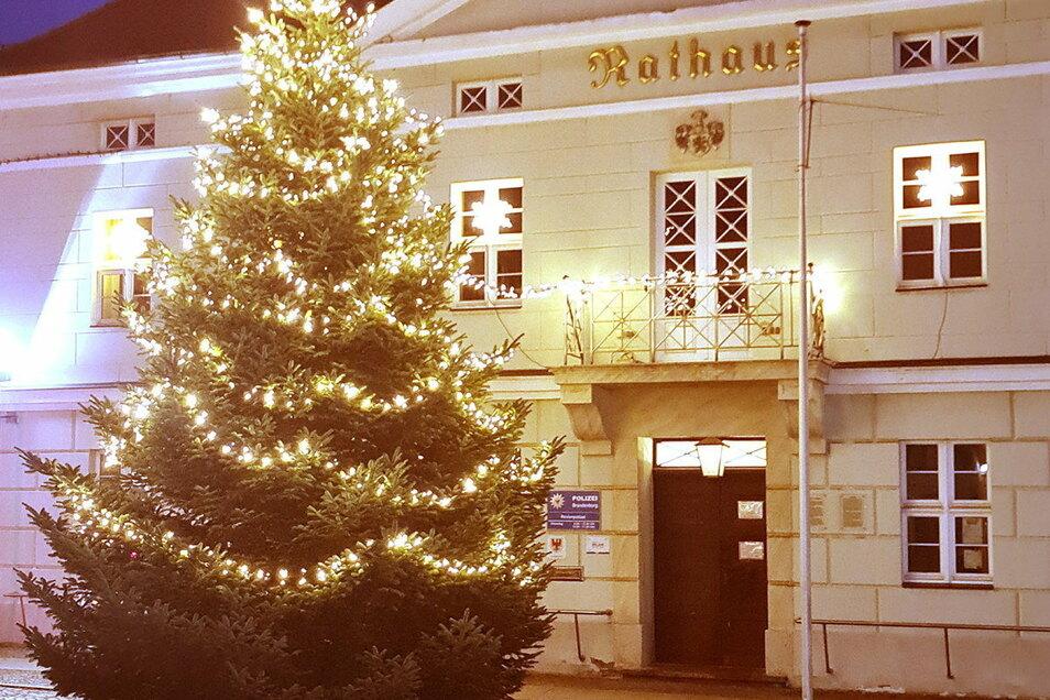 Das Ortrander Rathaus mit Weihnachtsbaum.