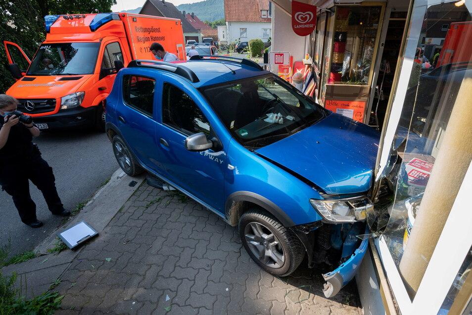 Ein 76-Jähriger ist am Morgen in der Region Hannover mit seinem Fahrzeug in eine Schaufensterscheibe gekracht und gestorben.