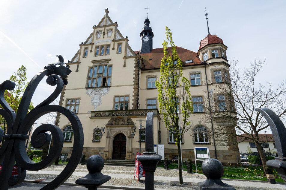 Das Rathaus-Areal liegt an der Pestalozzistraße in Radebeul-Ost.