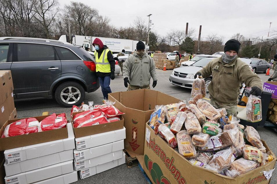 """Sgt. Kevin Fowler (r) sortiert Lebensmittel bei einer Lebensmittelverteilung der """"Greater Cleveland Food Bank"""". Durch die Corona-Krise sind viele Amerikaner in die Armut abgerutscht."""