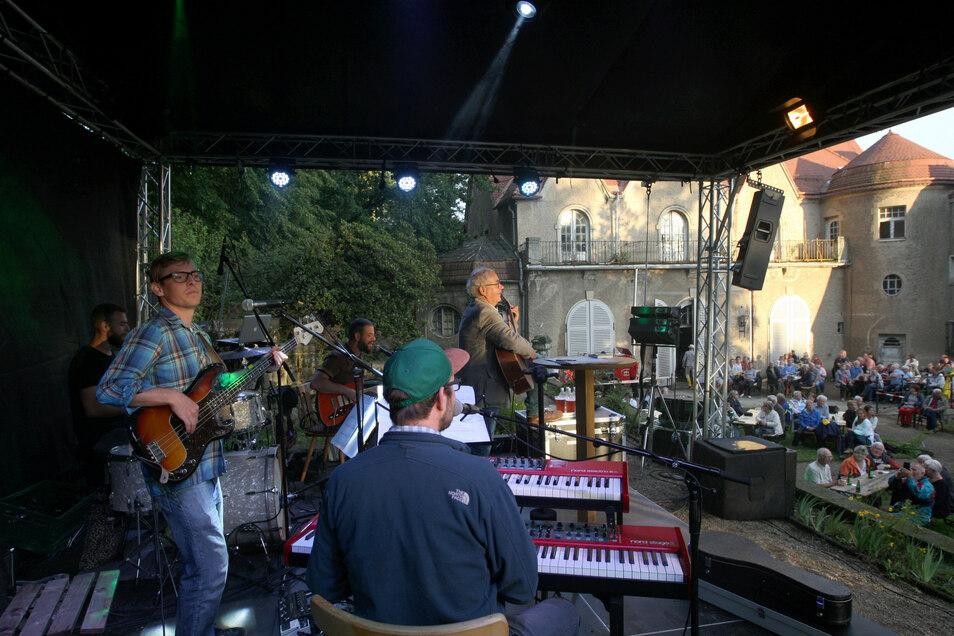 """Tom Pauls und das """"Freddie Ommitzsch Studio Ensemble""""mit seinen Söhnen Max und Felix Pauls sowie den Musikern Benjamin Rietz, Georg Bergmann und Michael Wünsch."""