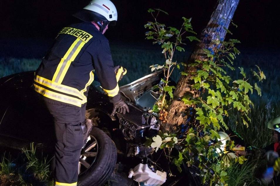 Ausgerechnet stand dort ein Baum, gegen den das Auto frontal prallte.