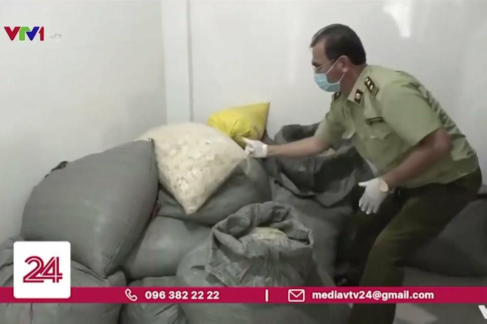 Die vietnamesische Polizei berichtet, sie werden in einer Fabrik ermitteln, in der ca. 300.000 benutzte Kondome für den Wiederverkauf recycelt wurden.