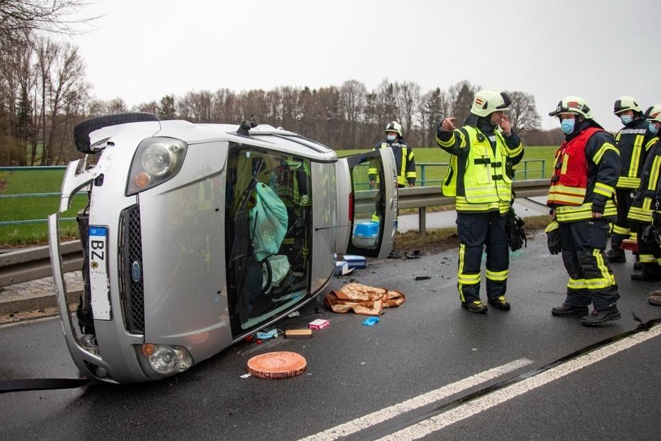 Auf der Straße zwischen Wölkau und Bischofswerda ist am Donnerstagnachmittag ein Ford Fiesta umgekippt, nachdem er auf die Leitplanke gefahren war.