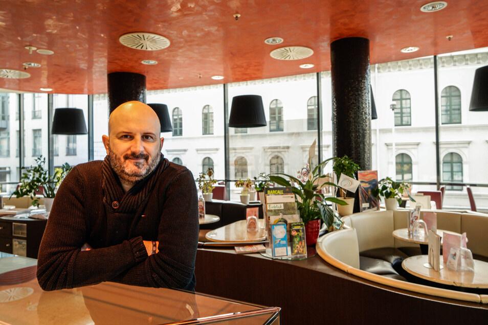 Allein auf weiter Flur: In allen Geschäften rund um das Eiscafé von Gianluca Esposito im Kornmarkt-Center in Bautzen ist das Licht ausgeschaltet. Er beklagt 90 Prozent weniger Kundschaft in den letzten Tagen.