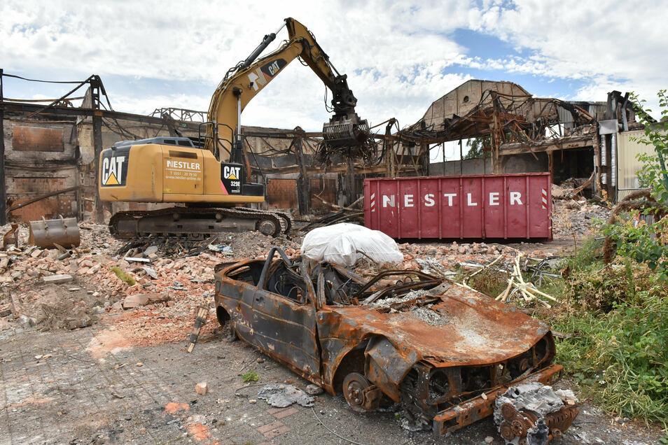 Was nach dem Brand im April noch übrig ist, wird jetzt abgerissen und entsorgt.