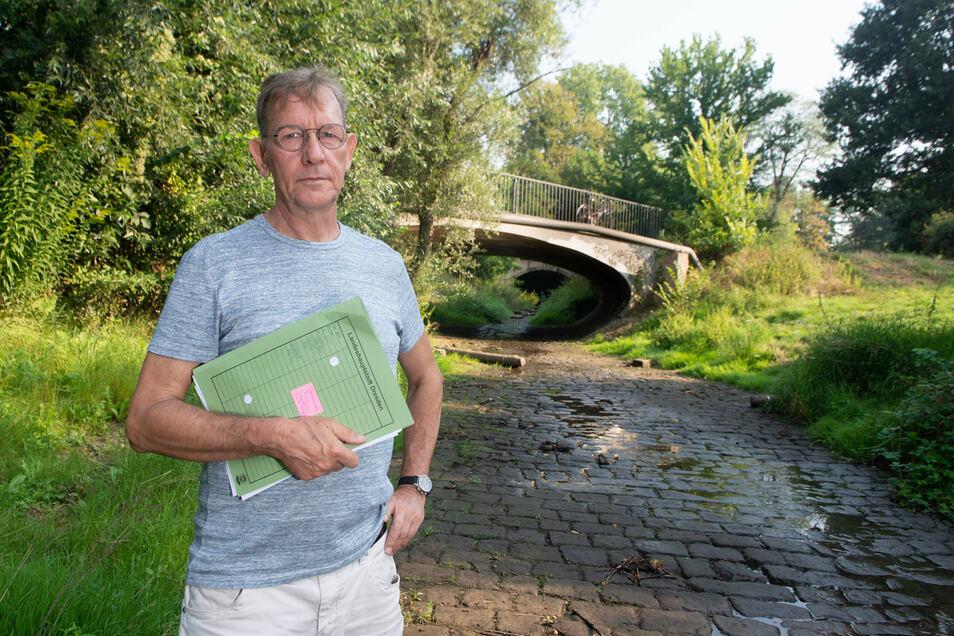 Er macht sich angesichts des dritten Dürresommers Sorgen um die Dresdner Bäche: Gewässerökologe Harald Kroll-Reber vom Umweltamt steht in der fast ausgetrockneten Prießnitzmündung.