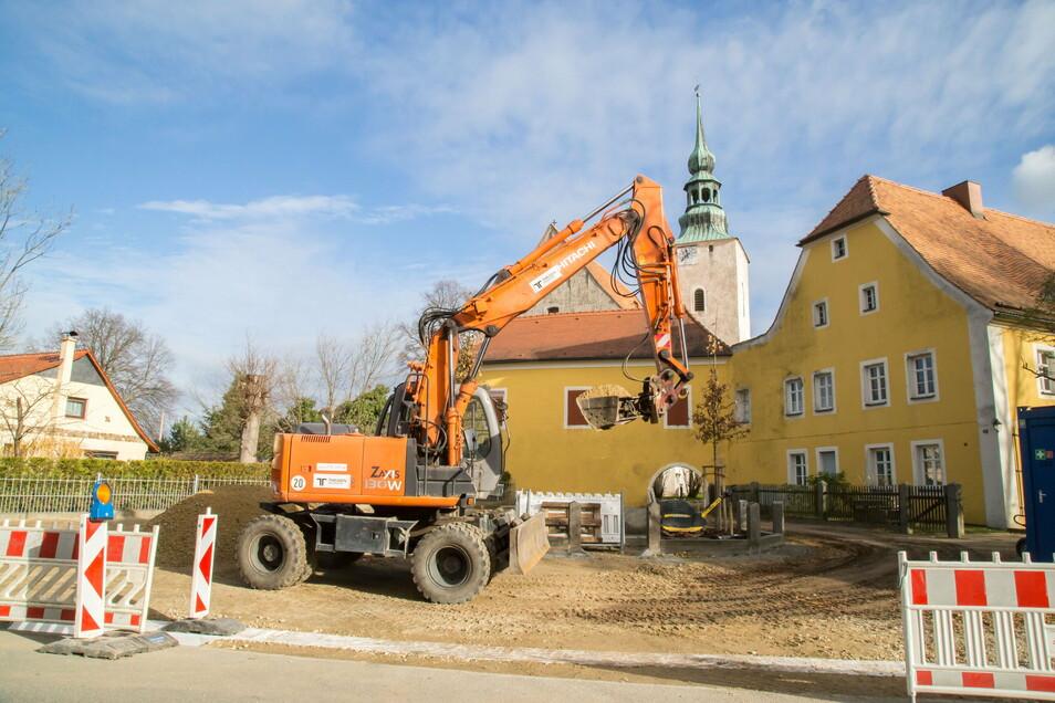 Baustelle am Vorplatz der Wehrkirche in Horka.