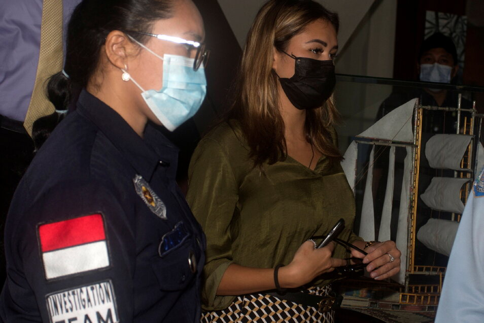 Leia Se (l), russische Influencerin, wird von einer indonesische Beamtin nach einer Pressekonferenz im Büro des Ministeriums für Justiz und Menschenrechte begleitet.