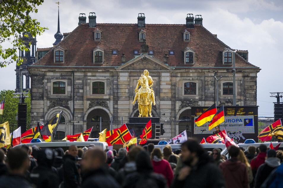 Bei einer Pegida-Demo in Dresden spielt der Romanheld eine üble Rolle.