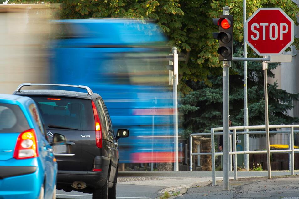 Zum Stoppschild kommen nun an der Kreuzung Dohnaer Straße/S172 in Heidenau noch Gelbblinker, die die Linksabbieger auf die Fußgänger aufmerksam machen sollen.