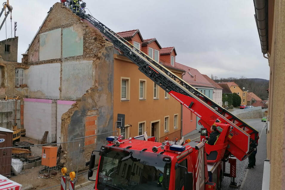 """Das Abrisshaus an der Pulsnitzer Straße in Kamenz: Auf der rechten Giebelseite hatte Sturm """"Sabine"""" die Schutzplane abgerissen."""